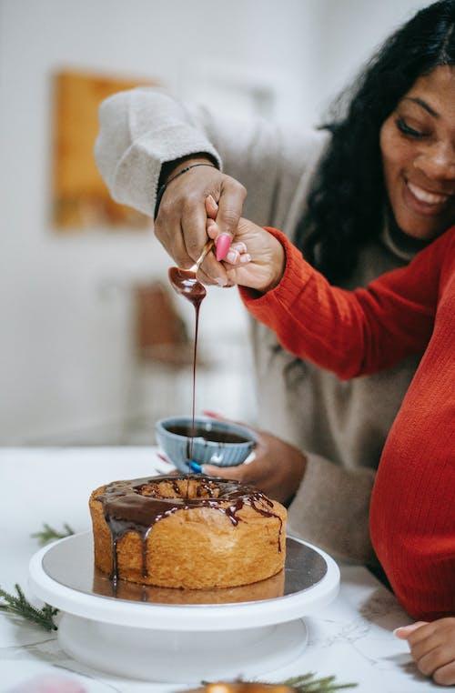Crop Femme Noire Avec Enfant Décoration De Gâteau Au Chocolat