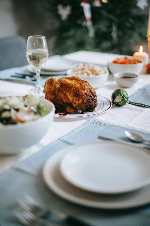 Serviert Tisch Mit Puten Gemüse Salat Zum Weihnachtsessen