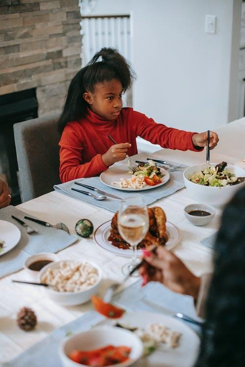 Zwart Meisje Met Diner Aan Tafel