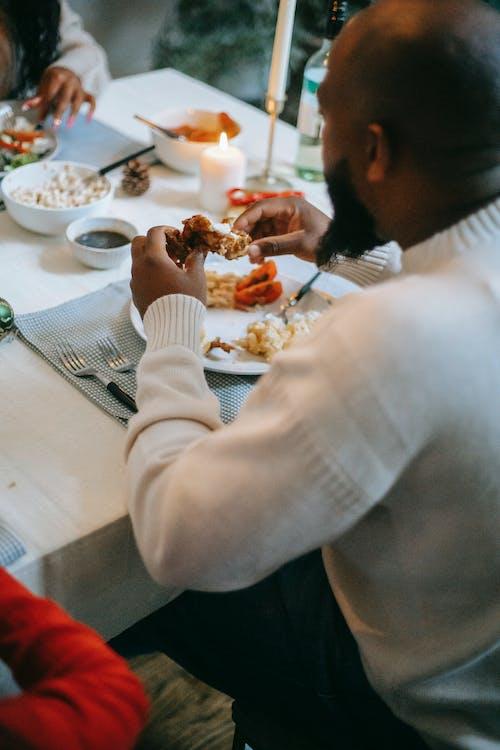 Schwarzes Paar, Das Festliches Abendessen Mit Kerzen Hat