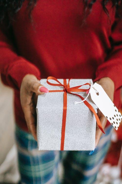 Person, Die Eine Geschenkbox Hält