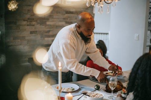 Schwarze Familie, Die Während Der Veranstaltung Zusammen Zu Abend Isst