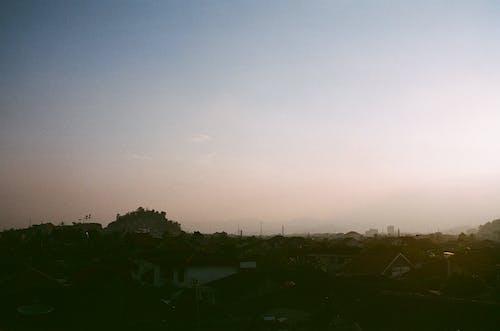 Darmowe zdjęcie z galerii z czyste niebo, dzielnica, wzgórze