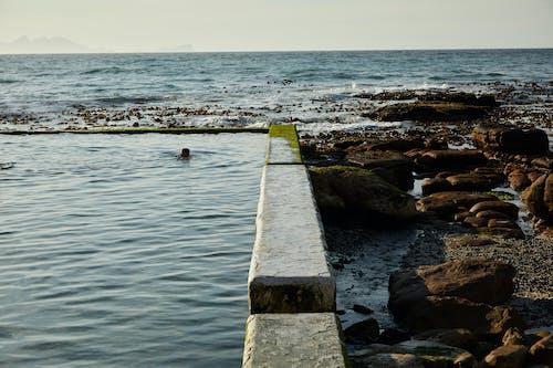 Muelle De Madera Marrón En El Mar
