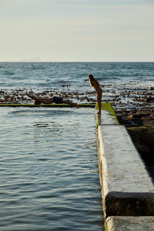 Mujer En Bikini Negro De Pie En El Muelle De Madera Marrón