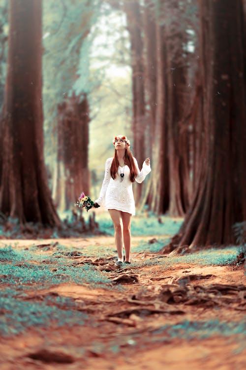 Mulher Carregando Flores Em Pé Na Floresta