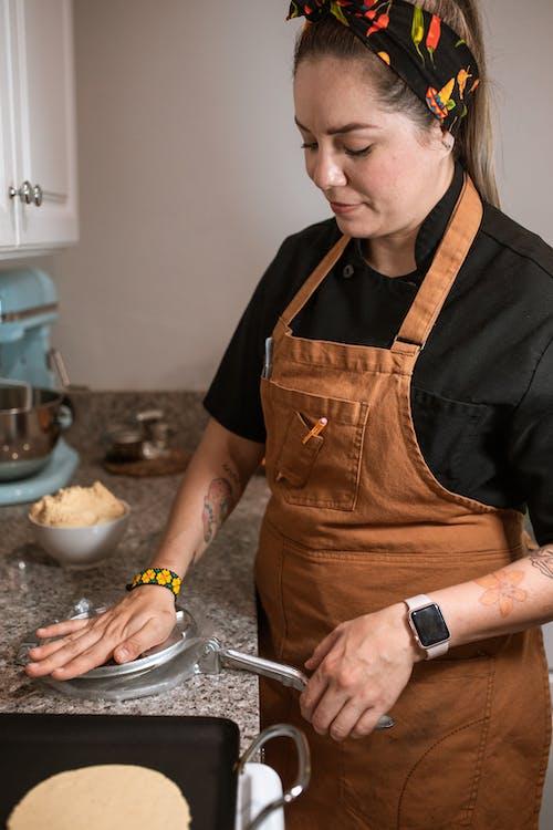 Foto d'estoc gratuïta de adult, cuinant, cuinant al forn, davantal