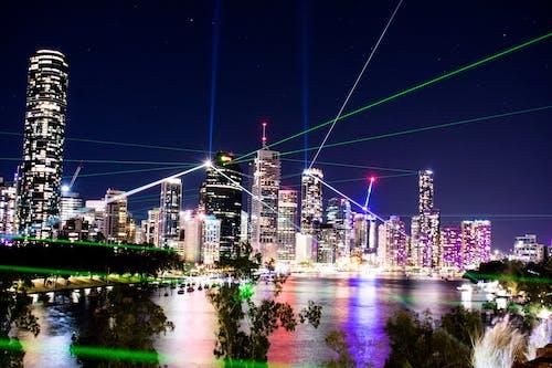 คลังภาพถ่ายฟรี ของ กลางคืน, การส่องแสง, การสะท้อน, การแสดงแสงสี