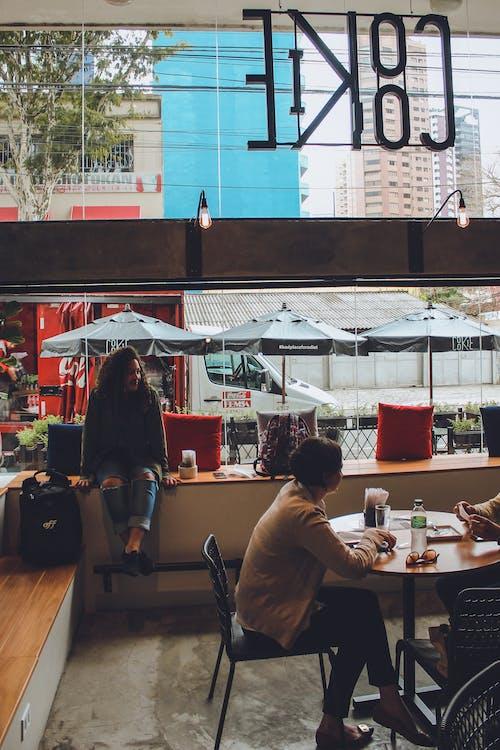 Kostnadsfri bild av flicka, kafé, kaffe, kaka