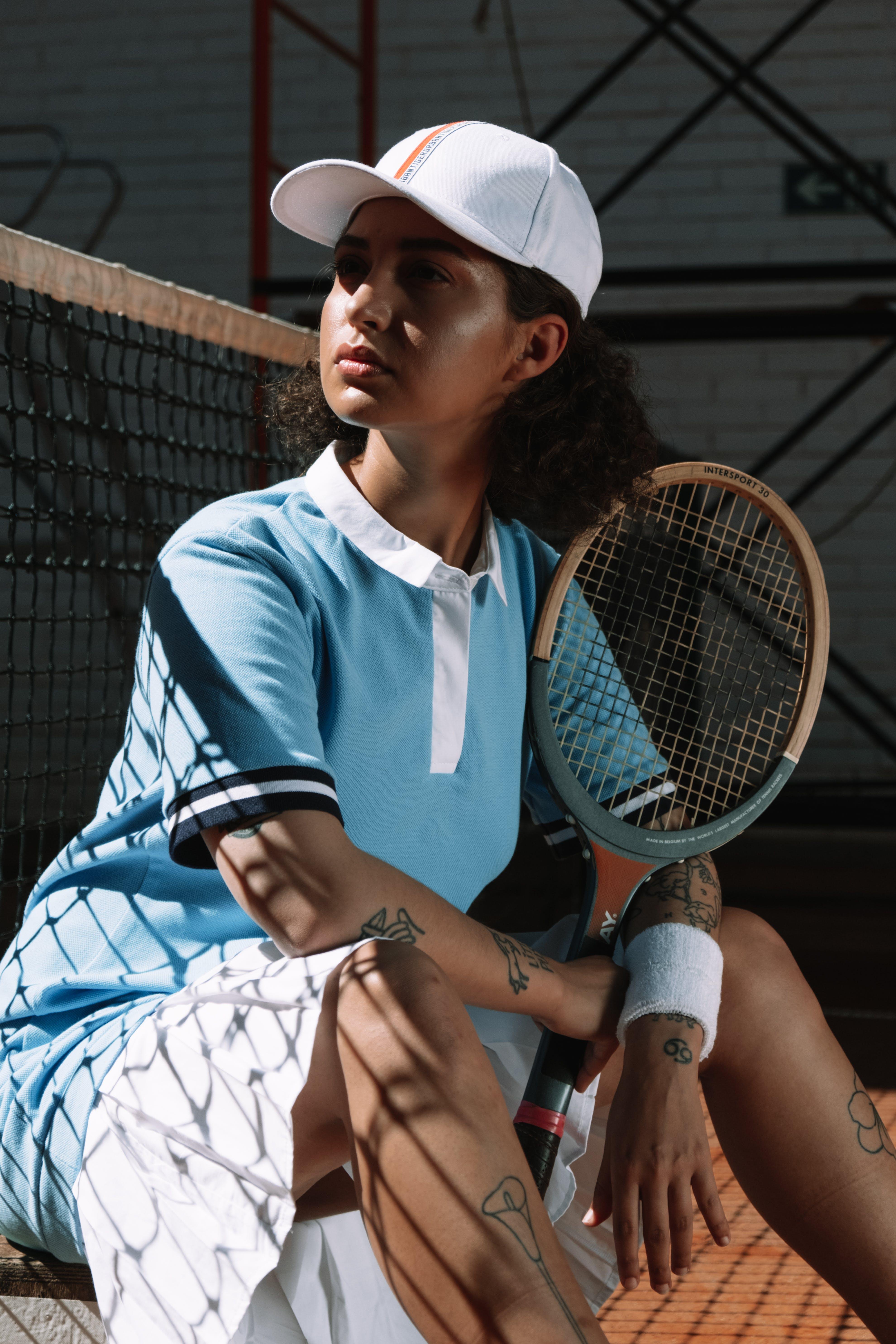 Mujer En Camiseta Azul Y Blanca Con Cuello Redondo Adidas Con Raqueta De Tenis Blanca Y Azul ...