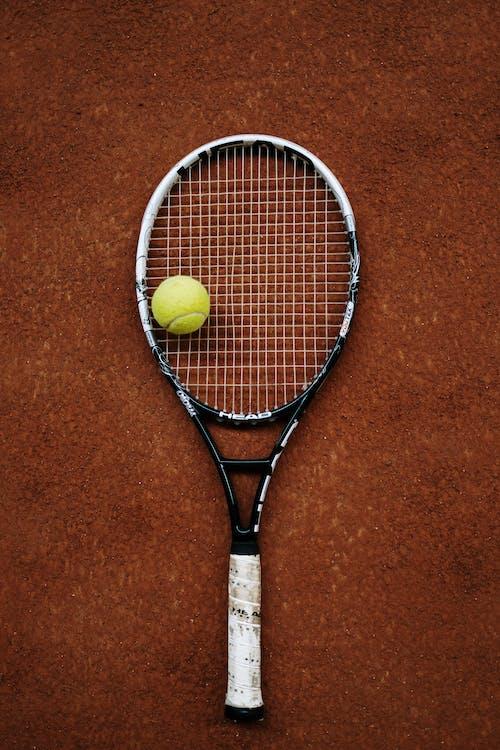 검정색과 노란색 테니스 라켓