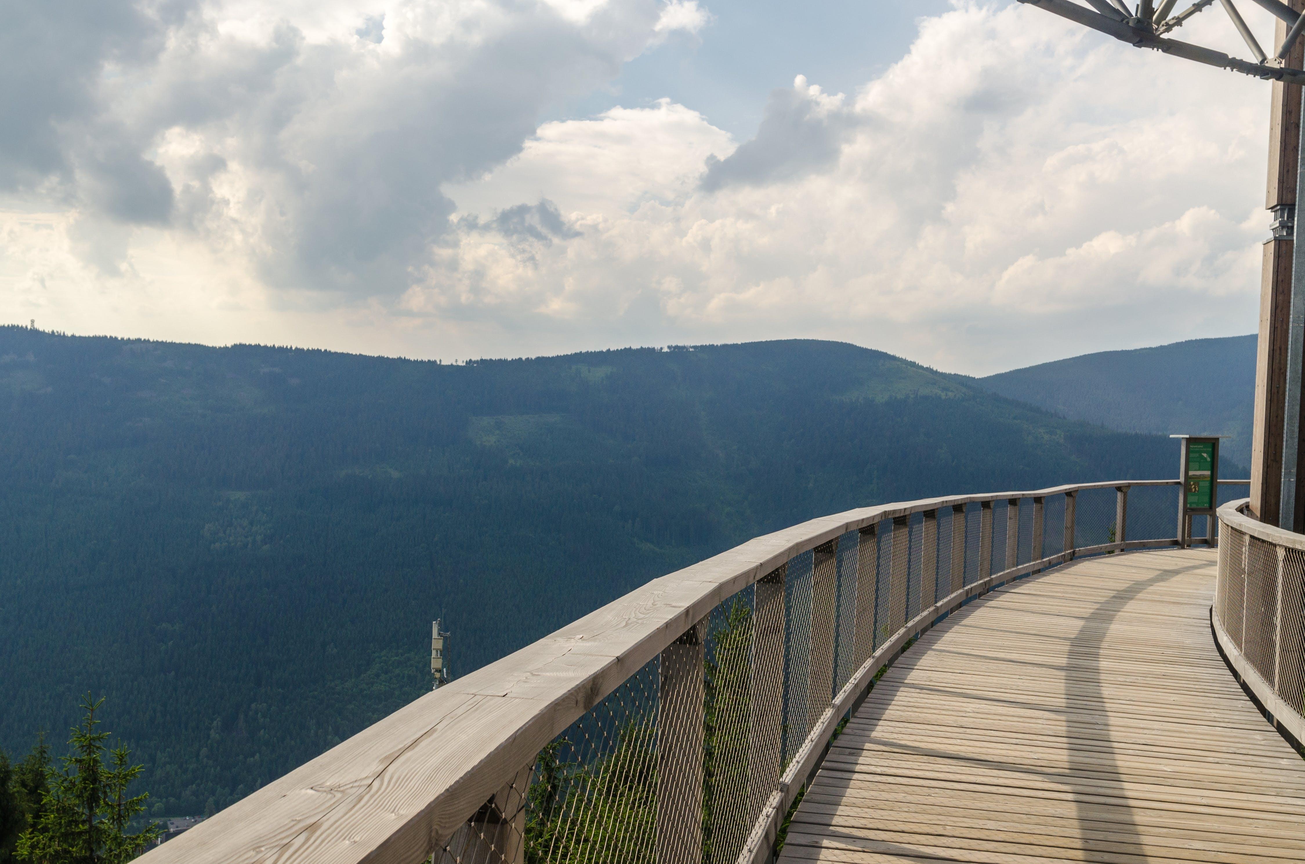 Бесплатное стоковое фото с Балкон, гора, деревья, доски