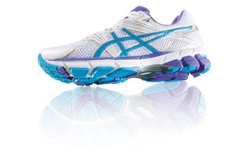 Безкоштовне стокове фото на тему «біговий кросівок, великий план, взуття, черевик»