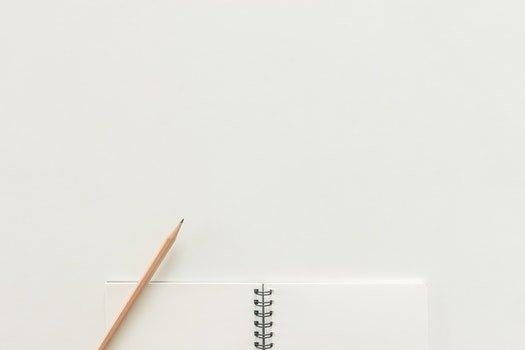 Kostenloses Stock Foto zu notizbuch, bleistift, arbeitsplatz, papier