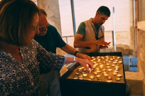 Безкоштовне стокове фото на тему «легкий, Молитва, свічка, Церква»
