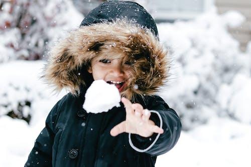 Gratis arkivbilde med guttebarn, kraftig snøfall, snø
