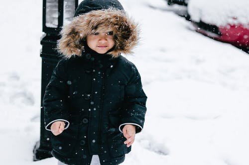 Gratis arkivbilde med fallende snø, guttebarn