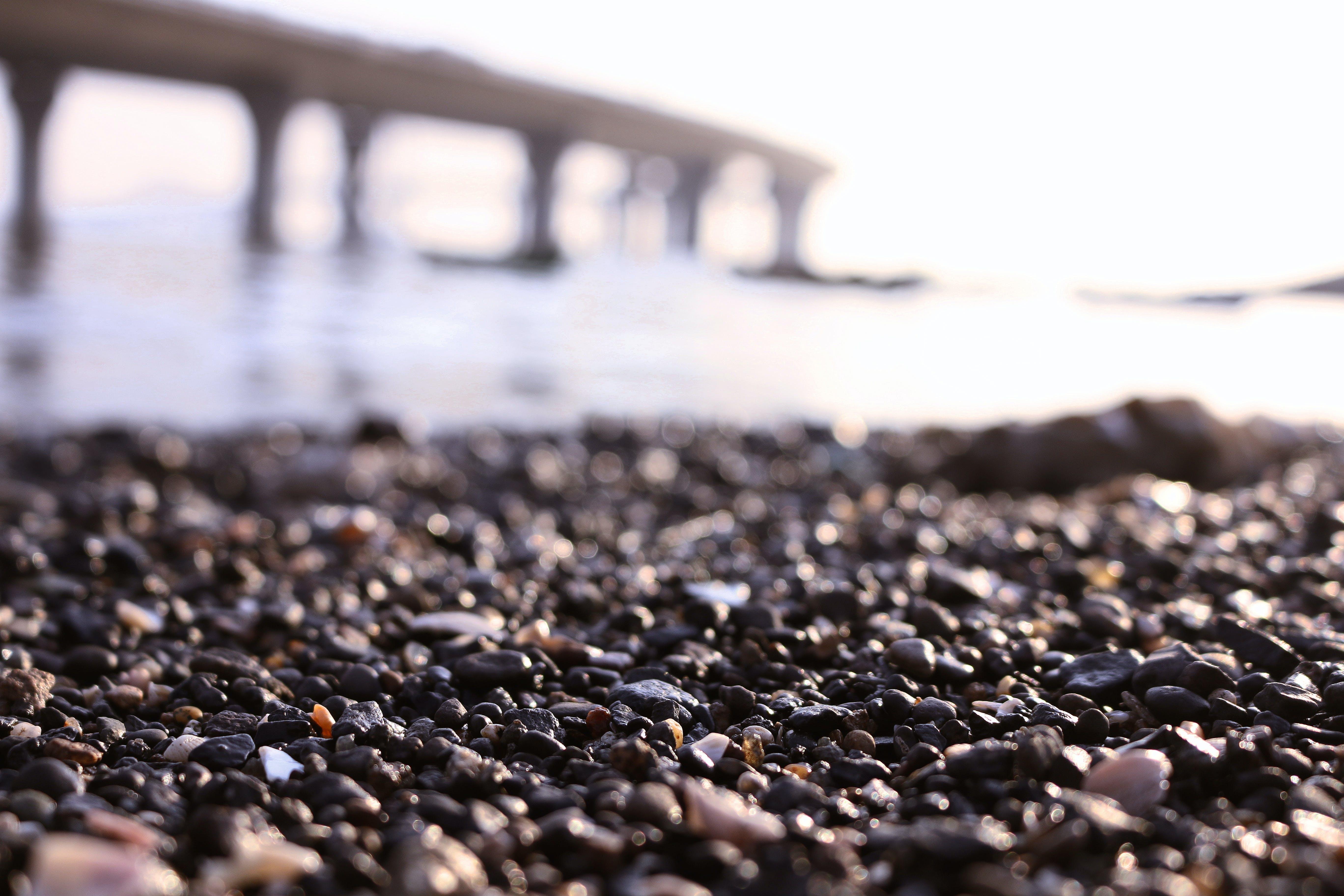 alan derinliği, çakıl, çakıl Taşları, deniz içeren Ücretsiz stok fotoğraf