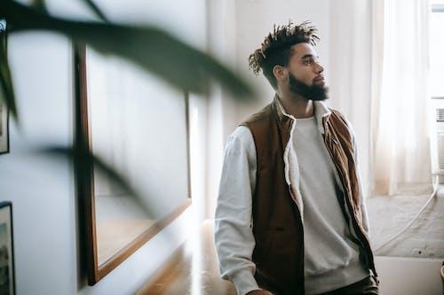 Безкоштовне стокове фото на тему «афроамериканський чоловік, борода, вдумливий, віддзеркалення»