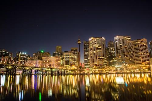 Foto Von Lichtern Von Hochhäusern Während Der Nachtzeit