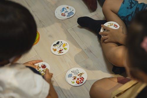 Gewas Groep Etnische Kinderen Spelen Spel Met Geïllustreerde Kaarten