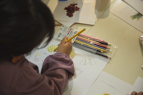 鉛筆で描く民族の子供を着色する作物