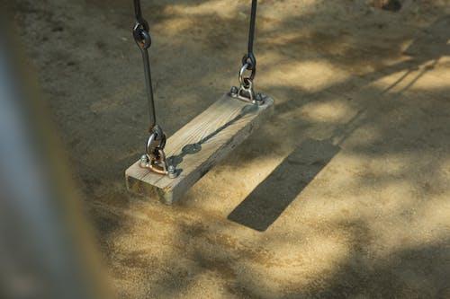 Columpio De Madera Y Metal En El Parque