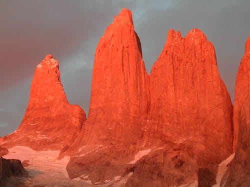 Foto d'estoc gratuïta de capvespre, cel gris, granit, muntanyes