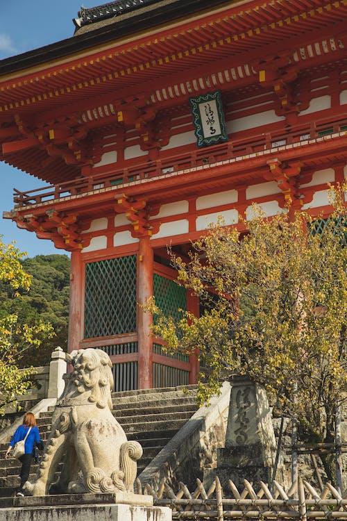 Pagoda Tradisional Di Belakang Tangga Batu Dan Patung