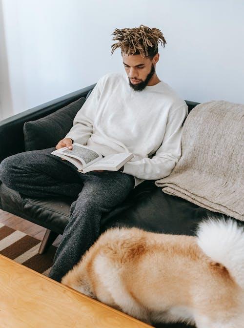 회색 소파에 앉아 흰 스웨터에 여자