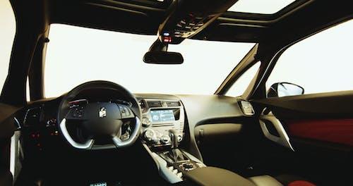 Photos gratuites de intérieur de voiture, tableau de bord, voiture de luxe, volant