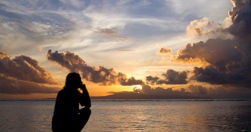 Foto profissional grátis de garota, litoral, nascer do sol