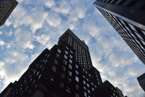 고층 건물, 구름, 아파트 건물, 푸른 하늘의 무료 스톡 사진