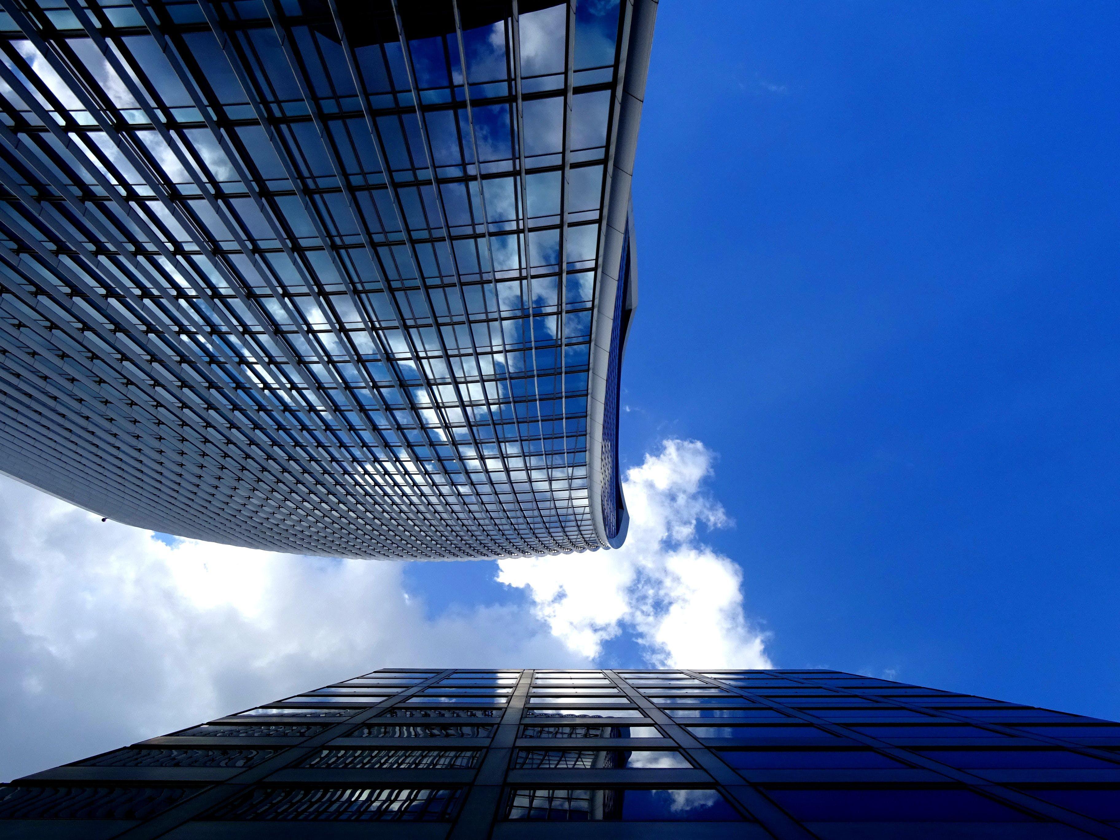Kostenloses Stock Foto zu architekturdesign, aufnahme von unten, außen, fassade