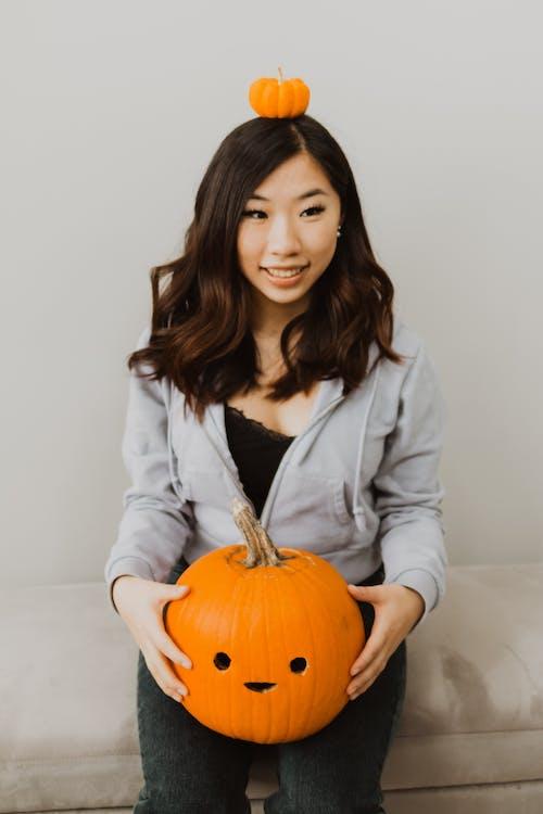 Asyalı kadın, bal kabağı, balkabağı feneri içeren Ücretsiz stok fotoğraf
