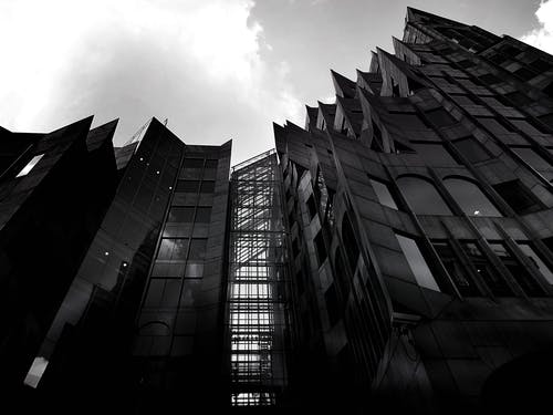 Kostenloses Stock Foto zu architektur, aufnahme von unten, einfarbig, fassade