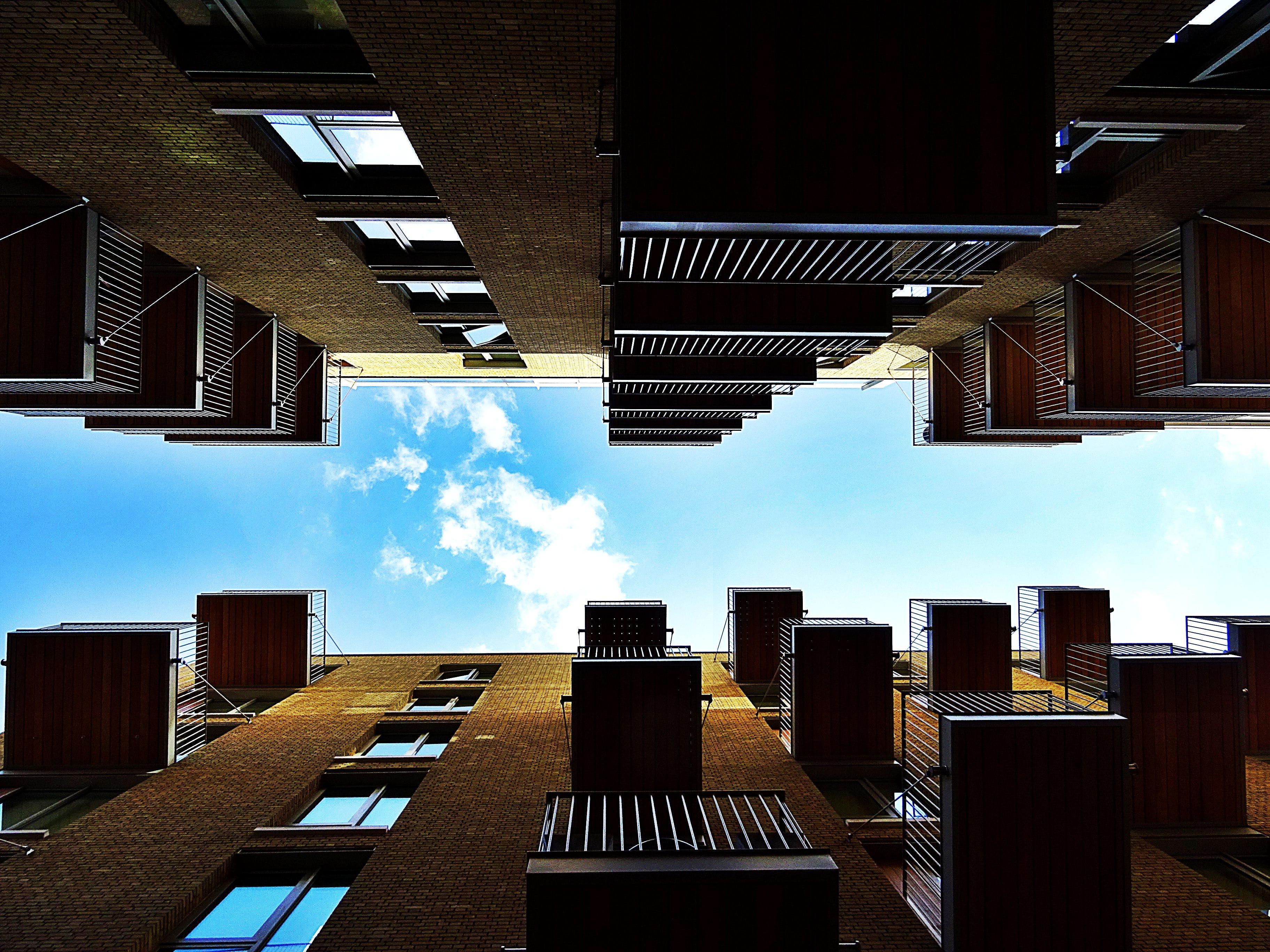 Kostenloses Stock Foto zu architektur, aufnahme von unten, balkone, fenster