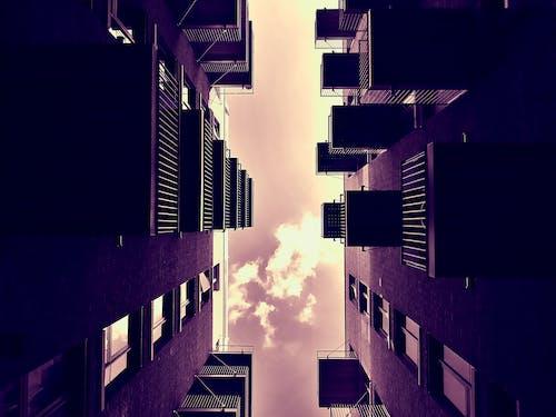 Foto stok gratis Arsitektur, balkon, bangunan, bidikan sudut sempit