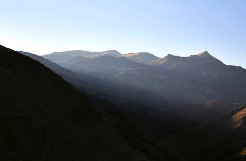 Foto d'estoc gratuïta de assolellat, cel clar, muntanyes, natura