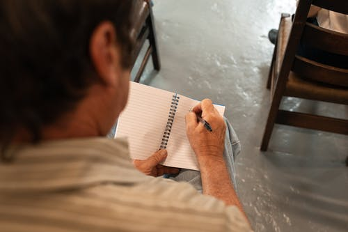 Mann Im Weißen Hemd, Das Auf Weißem Papier Schreibt
