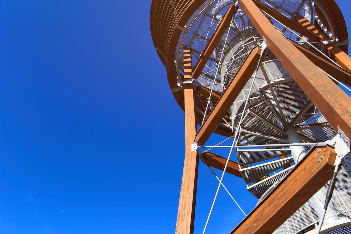 Fotos de stock gratuitas de cielo azul, edificio, escalera de caracol