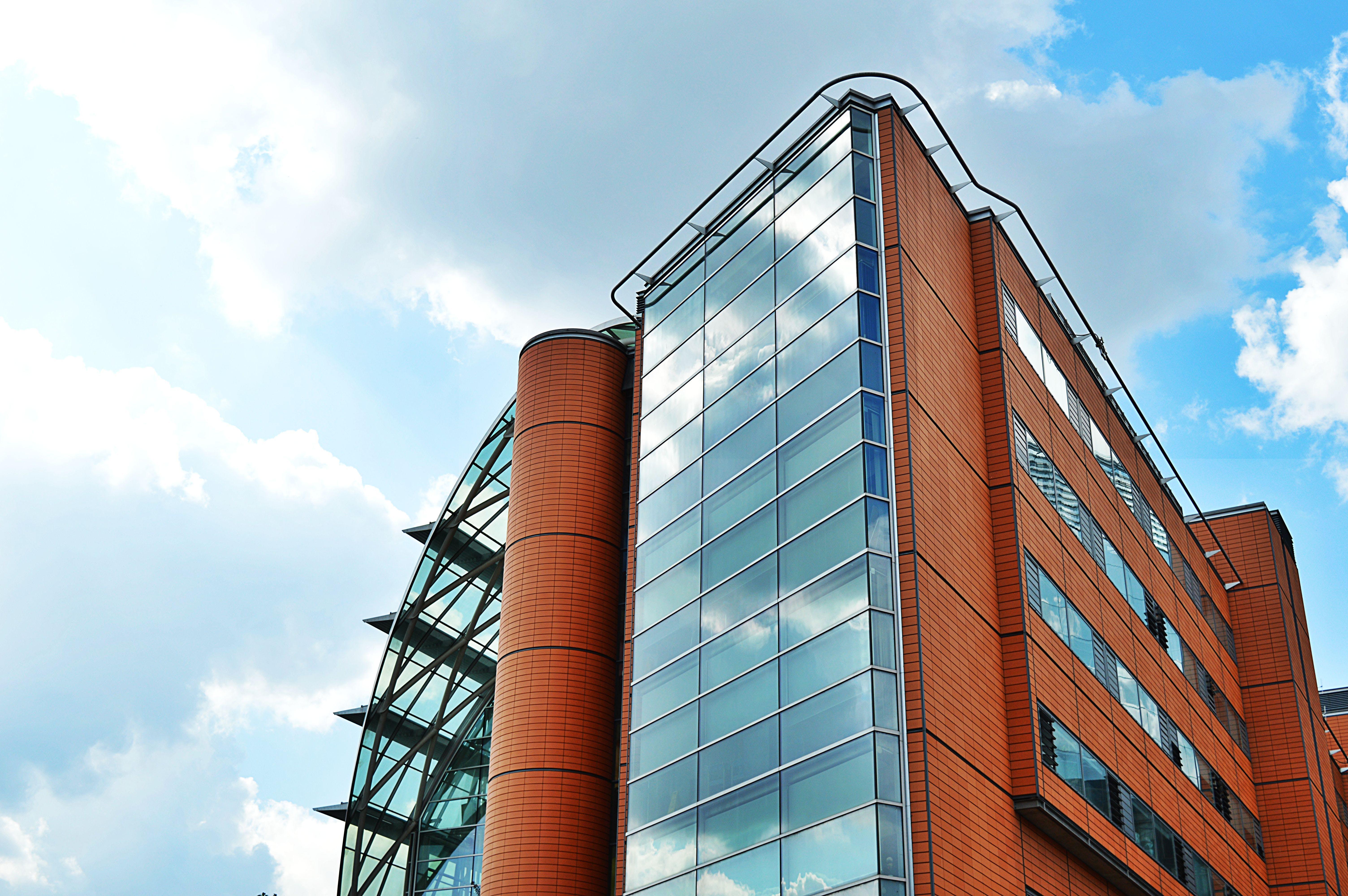 bardak, bina, bulutlar, cam eşyalar içeren Ücretsiz stok fotoğraf
