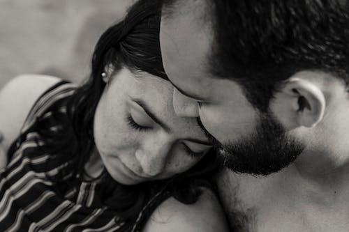 男人亲吻女人的脸颊