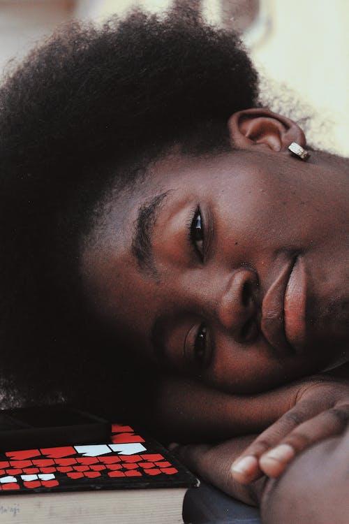 Gratis stockfoto met aan het liegen, Afro-Amerikaanse vrouw, alleen
