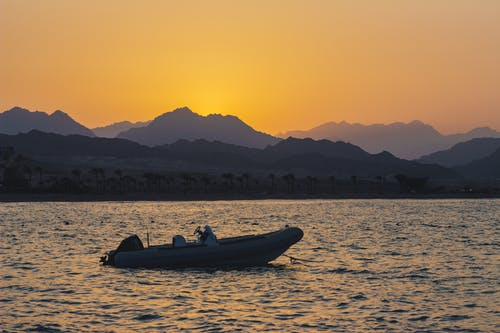 Immagine gratuita di barca, mare, montagne, sole