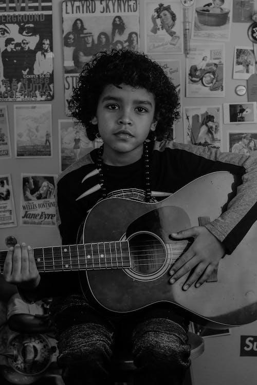 Kostenloses Stock Foto zu afro, afroamerikaner junge, akustisch