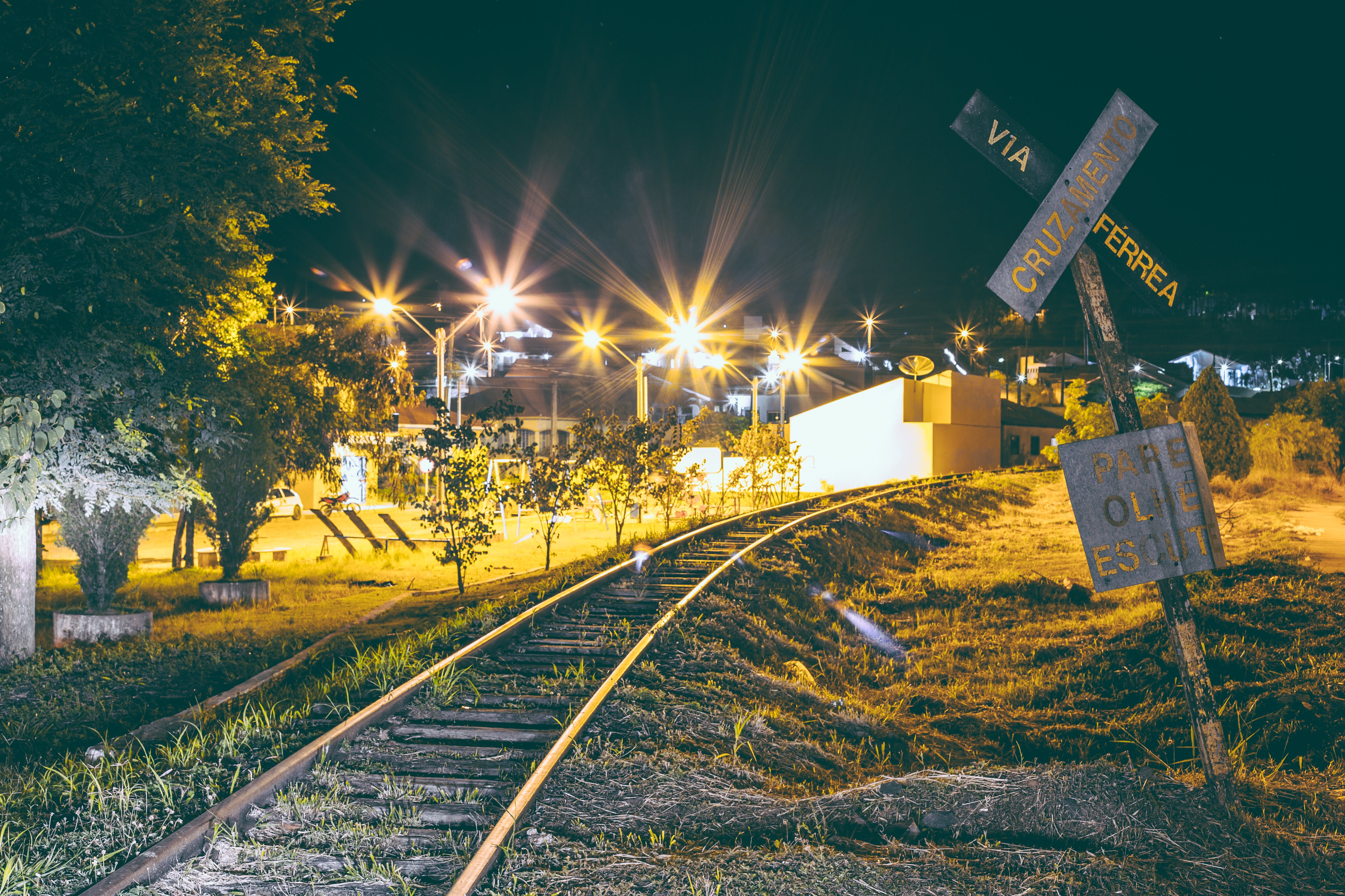 Kostnadsfri bild av infrastruktur, ljus, lokomotiv, skylt