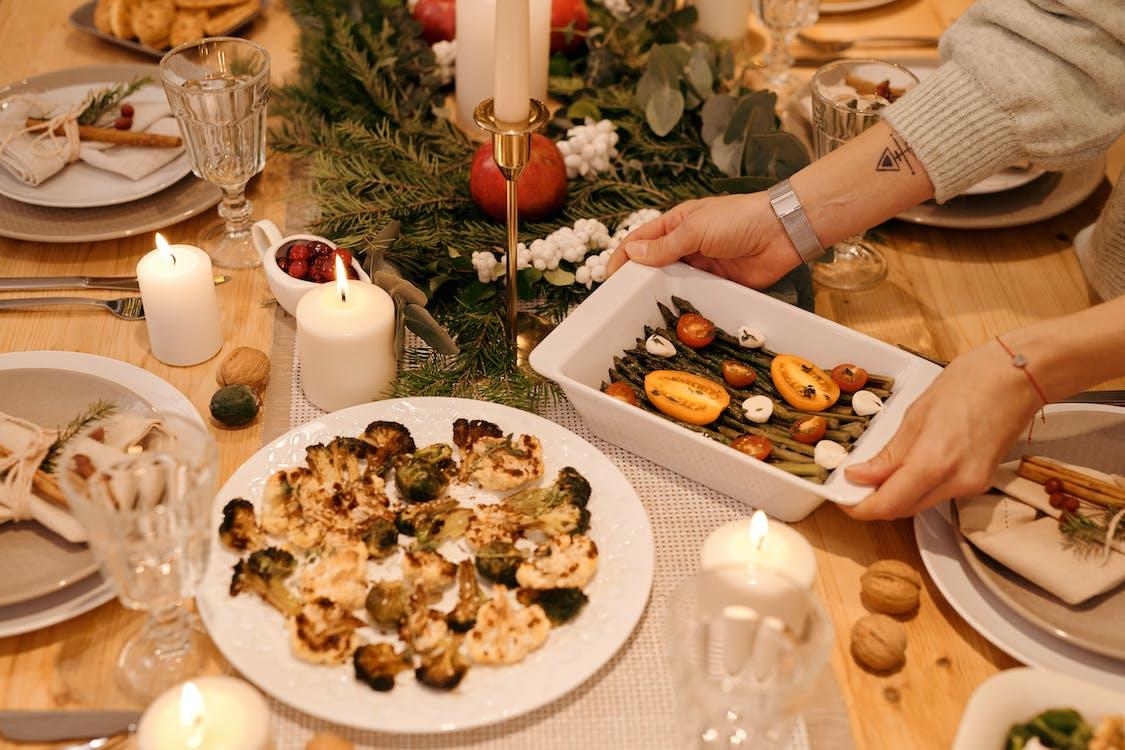 Человек, подающий еду на рождественский ужин