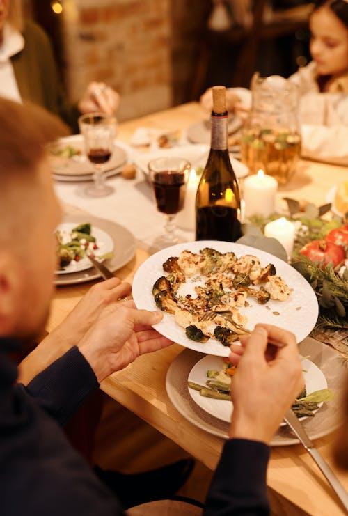 Persoon Met Witte Keramische Plaat Met Voedsel