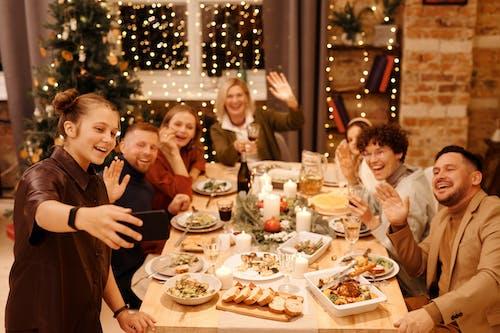 คลังภาพถ่ายฟรี ของ กระแสคริสต์มาส, กลุ่มเซลฟี่, การจัดสถานที่, การจัดโต๊ะ
